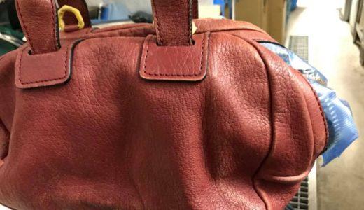 赤のレザーバッグ、長年の使用による色の退色、色剥げ、などの修復カラーリング